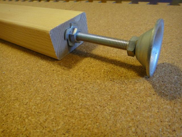 2×4材に爪付きナットとアジャスター金具を取り付け