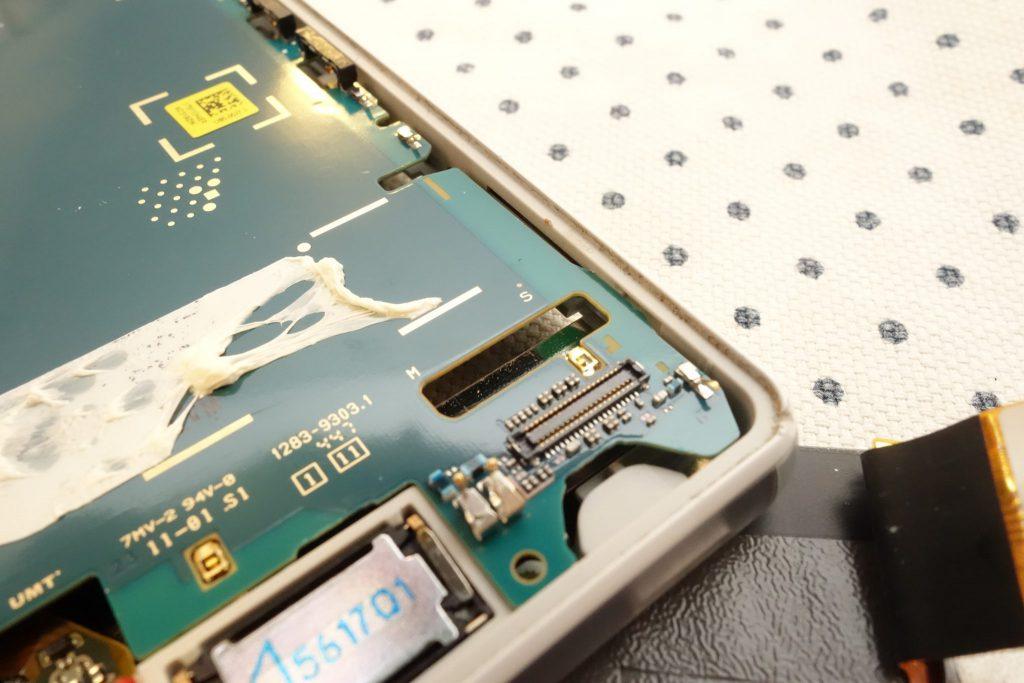 Z3 Compact SO-02G Sony D5803 D5833 液晶パネルを外すために基板を浮かす フラットケーブル・コネクター