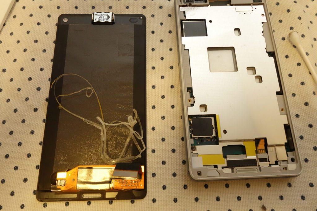 Z3 Compact SO-02G Sony D5803 D5833 液晶パネル取外し、両面テープ取外し完了