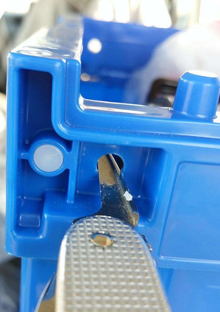 折り畳みコンテナに穴開け固定