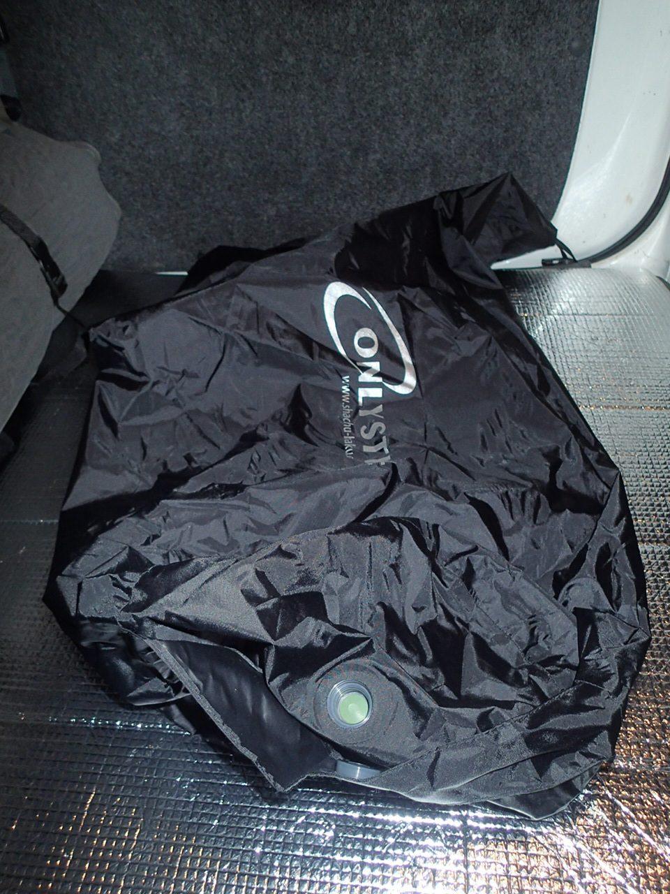 オンリースタイル 車中泊専用マット収納袋で空気を入れる
