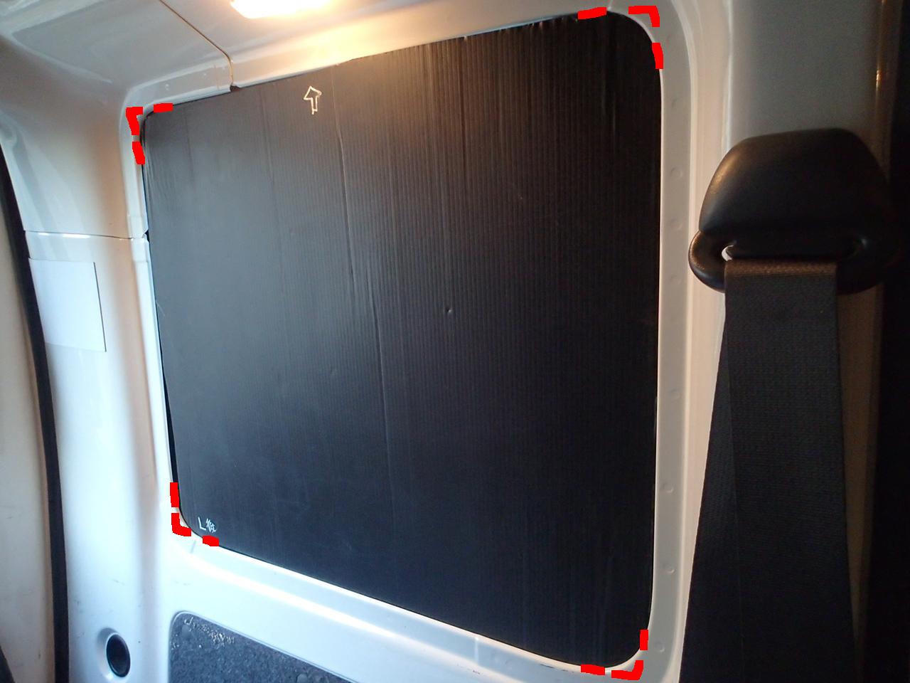 プラダンでリヤガラスの目隠し車中泊荷室サイドのガラス部分