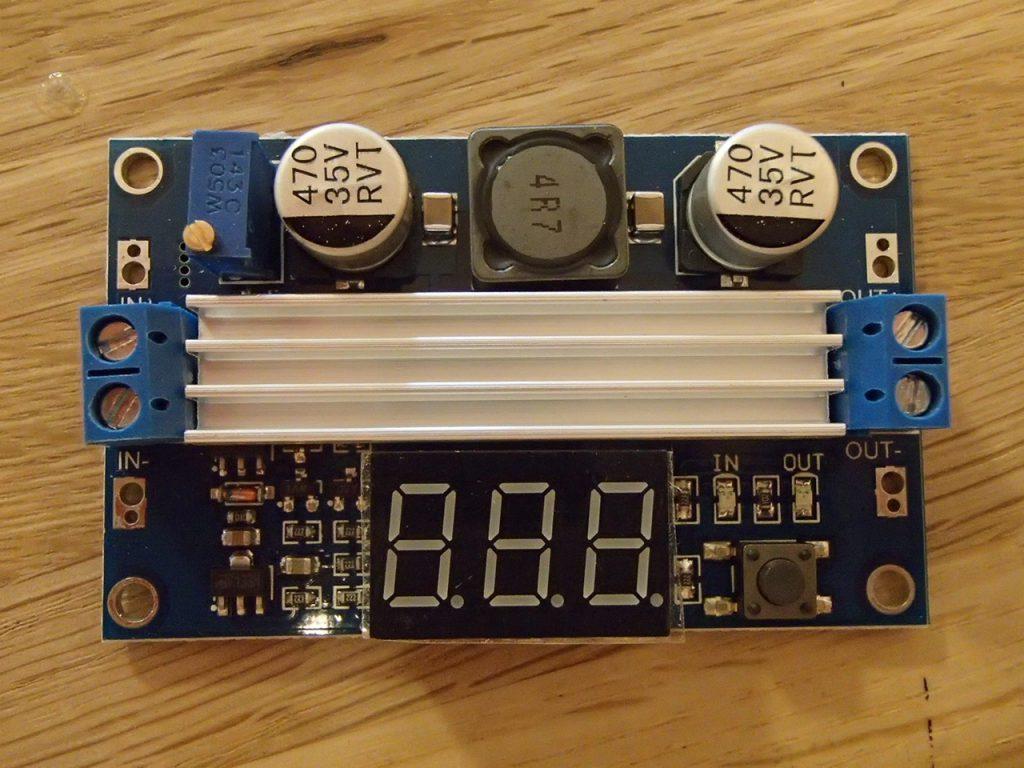 入力電圧・出力電圧が中央に電圧がデジタル表示されます。右下のボタンで入力・出力電圧の切替ができます。左上ボリュームを回す事で出力電圧を自由に設定できます。設定変更時、テスターが不要なので便利です。