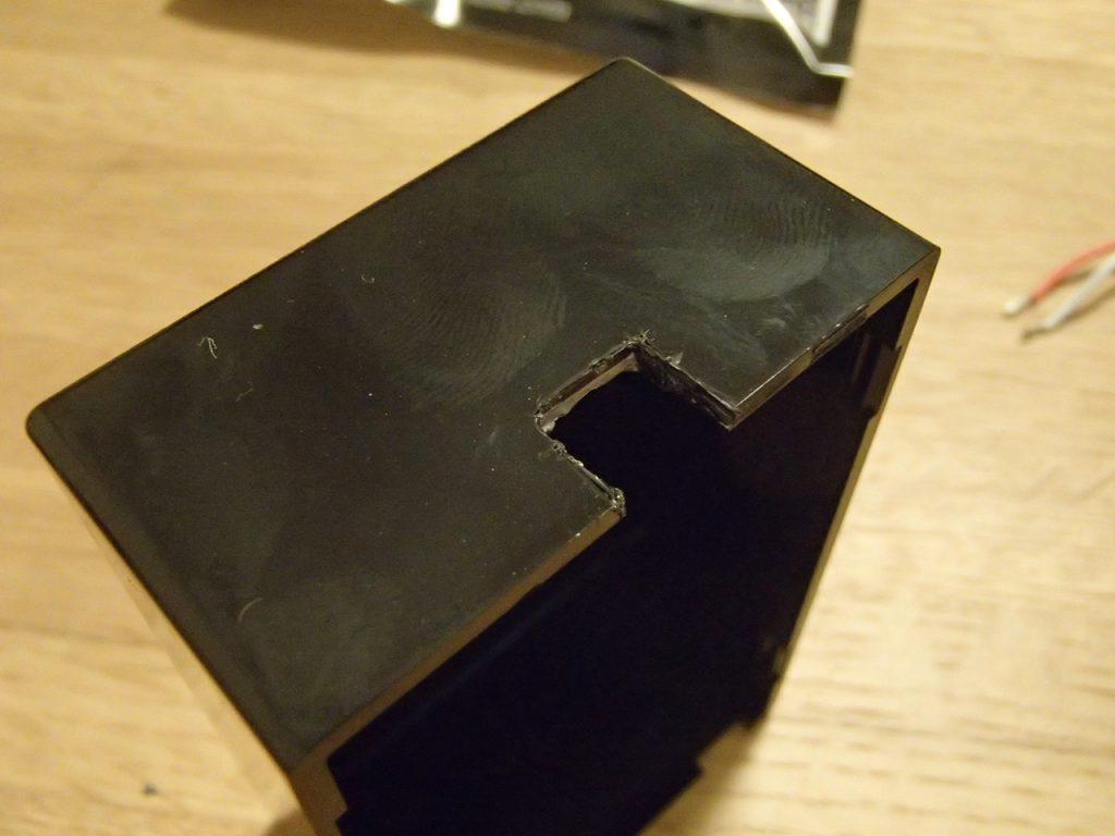 ケースに四角く穴を開け、剥ぎ取る