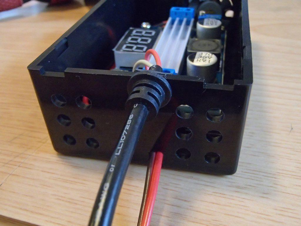 プラスチックケースにDCケーブル、シガープラグからのケーブル取付完了
